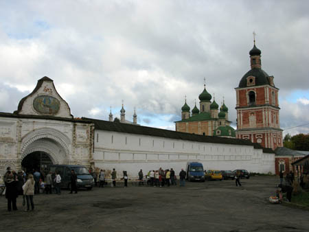 Центральные ворота Горицкого монастыря