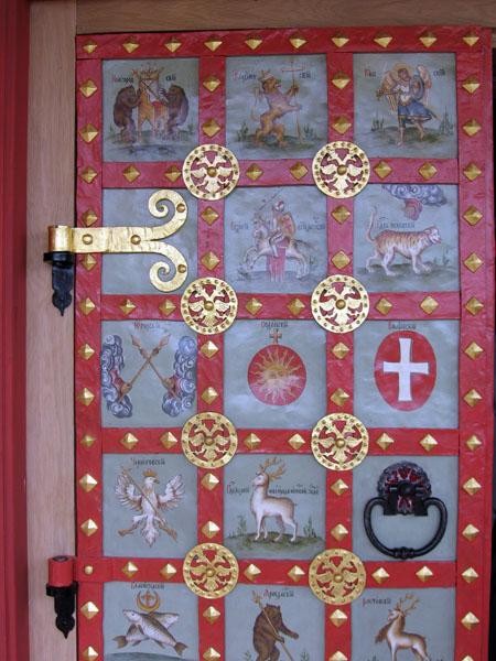 Двери с гербами городов