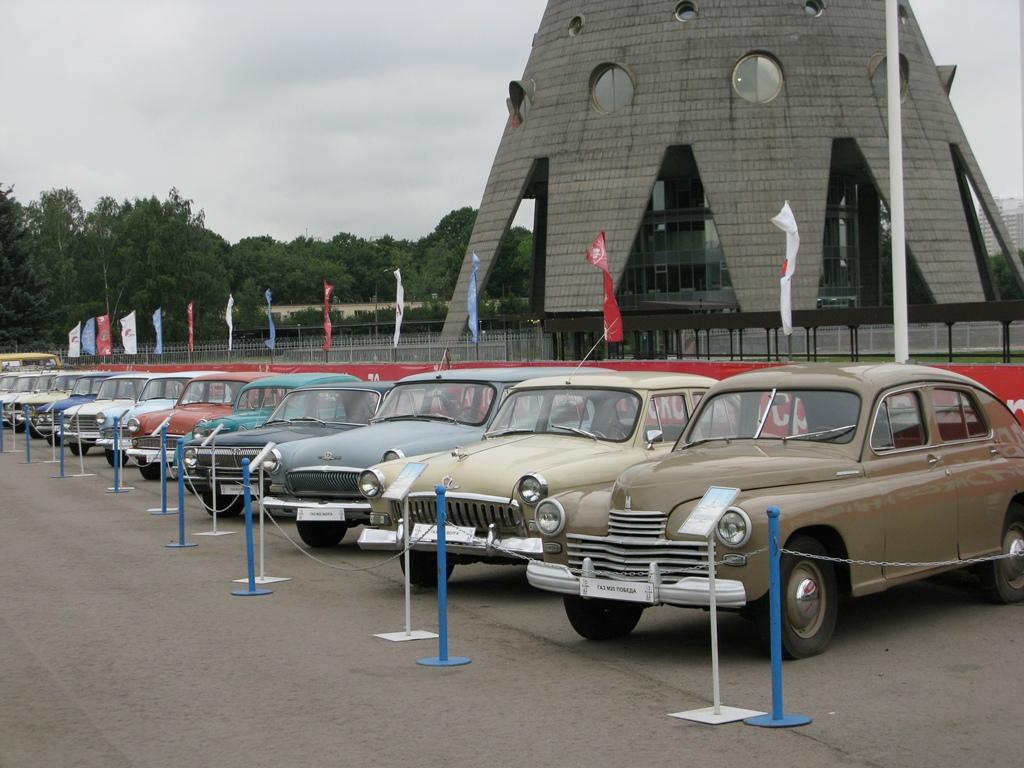 Старые автомобили у Останкинской башни