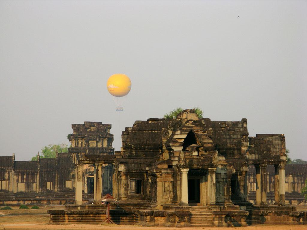 Воздушный шар над Ангкор Ватом