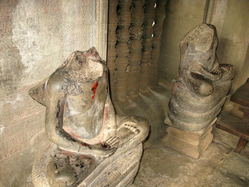 Статуи в Ангкор Вате