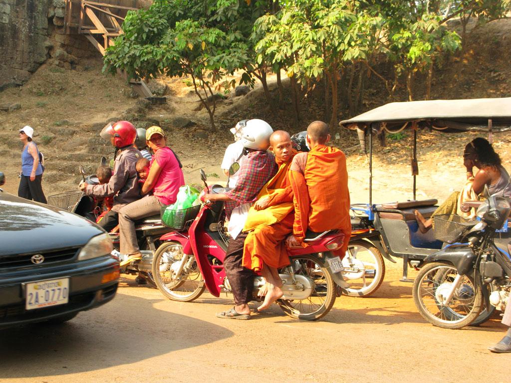 Монахи в Ангкор Вате