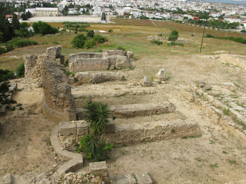Развалины Карфагена на фоне Туниса